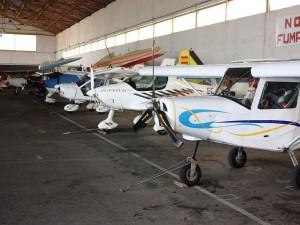 Postal: Avionetas en un hangar