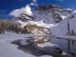 Nieve en las montañas y a orillas del lago