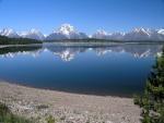 Lago junto a grandes montañas