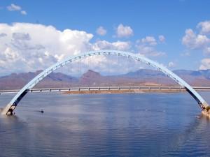 Puente sobre el lago Roosevelt