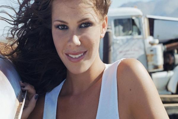 La actriz Nikki Cox sonriendo