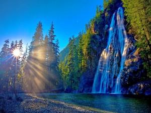 Rayos de sol sobre la cascada