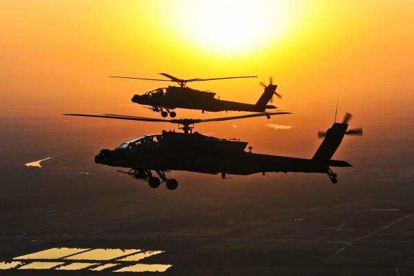 Helicópteros de las Fuerzas Armadas de los EE.UU. volando al atardecer