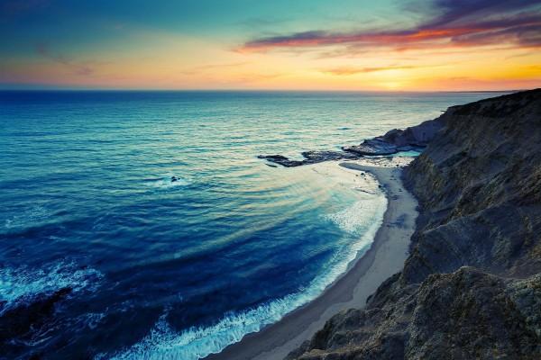 Playa y mar vistos desde el acantilado