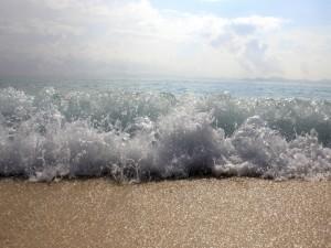 Postal: El agua salada mojando la orilla del mar