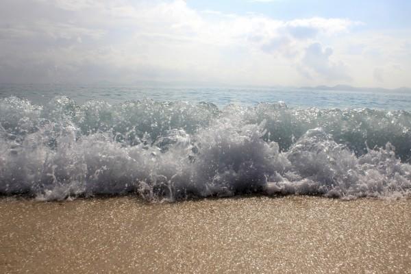 El agua salada mojando la orilla del mar