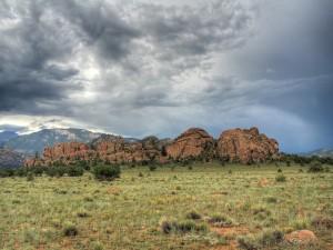 Nubes grises sobre las grandes rocas