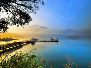 Barcos en el muelle de un tranquilo lago