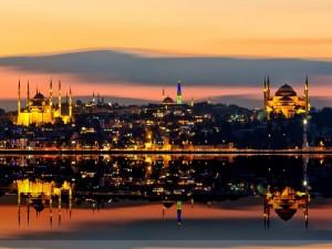 Mezquitas iluminadas en la noche de Estambul (Turquía)