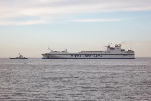 Buque carguero llegando al puerto de Buenos Aires