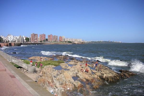 Mar revuelto en la costa de Montevideo
