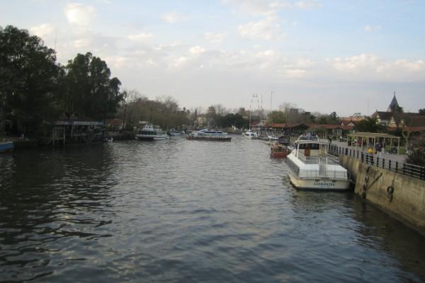 Embarcaciones en el  río Tigre (Buenos Aires, Argentina)