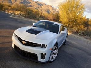Postal: Un Chevrolet Camaro ZL1 blanco