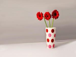 Tres gerberas rojas en un florero