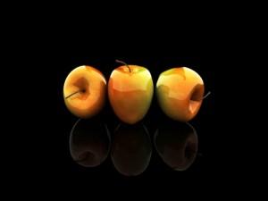 Postal: Reflejo de tres brillantes manzanas