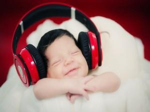 Bebé sonriendo mientras escucha música