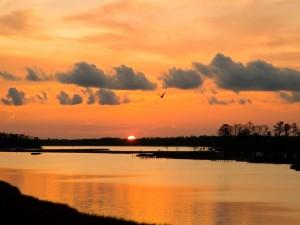 La luz del atardecer reflejada en el río