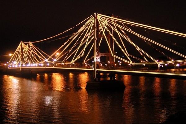 Puente iluminado en Santa Fe (Argentina)