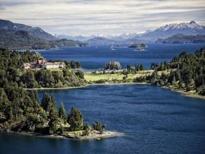 Islas en un lago rodeado de vegetación y montañas