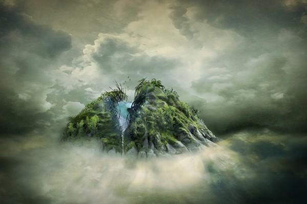 Agua fluyendo de la montaña