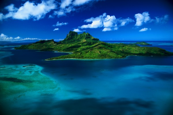 Gran isla en el océano