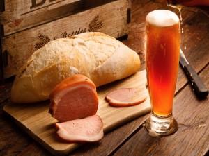 Jamón y pan acompañado de un fría cerveza