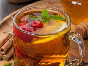 Riquísimo té con frambuesas, limón, miel, canela en rama y hojitas de menta