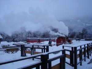 Postal: El Tren del Fin del Mundo circulando durante el invierno