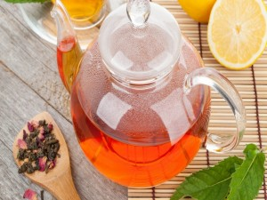 Tetera con té listo para beber