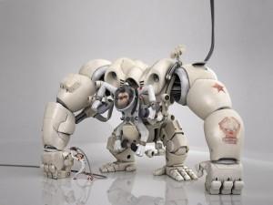 Mono dirigiendo un robot