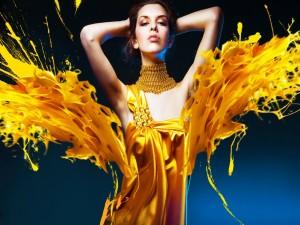 Mujer con un vestido dorado