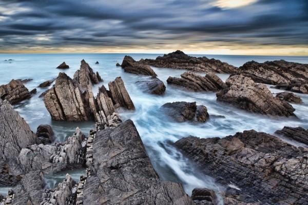 El agua del mar entre las rocas