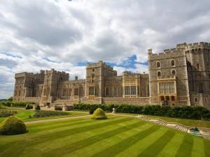 Postal: Gran castillo rodeado de un cuidado jardín