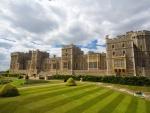 Gran castillo rodeado de un cuidado jardín