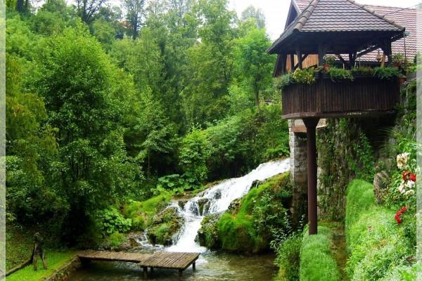 Cascada junto a un balcón maravilloso