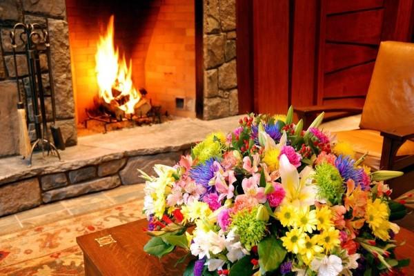 Un ambiente romántico con chimenea y flores