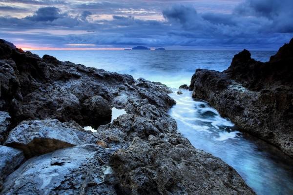 Rocas en la costa vistas al atardecer