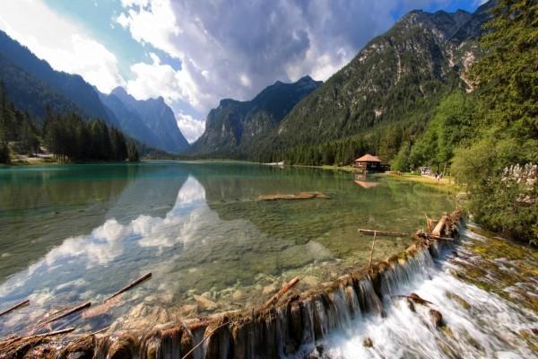 Pequeña cascada en un gran lago