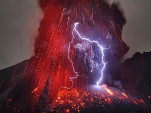 Descarga eléctrica sobre un volcán
