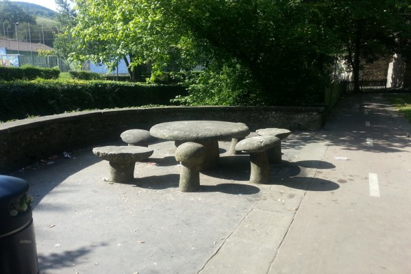 Mesa y asientos de piedra en un parque