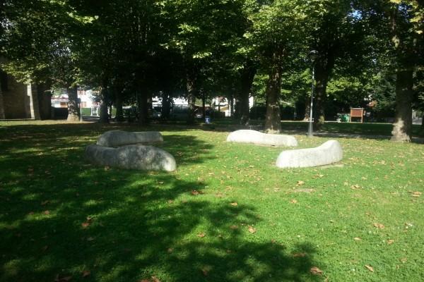 Piedras blancas en un jardín