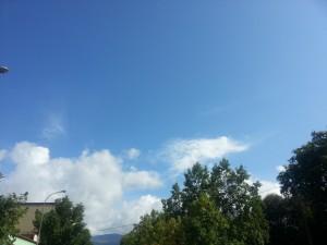 Postal: Nubes en el cielo azul