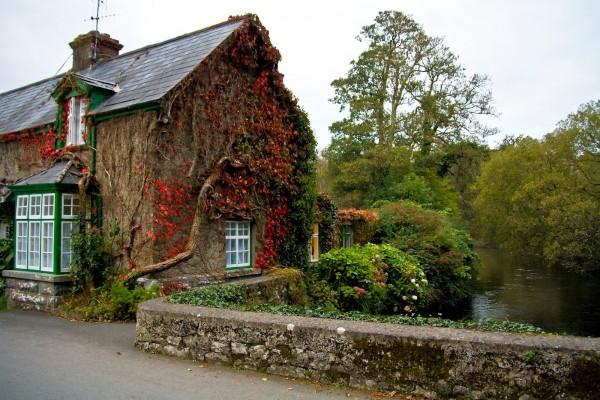 Bella casa junto a un río