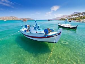 Postal: Barcas sobre las aguas cristalinas del mar