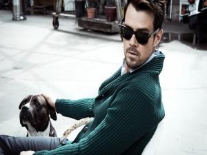 El actor Josh Duhamel con un perro