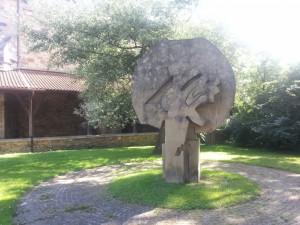 Escultura en un jardín