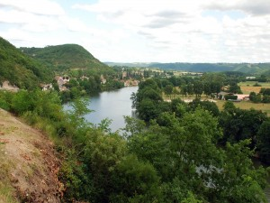 Vista de un pueblo a orillas del río Lot (Francia)