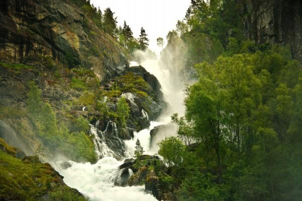 Gran cascada en el río