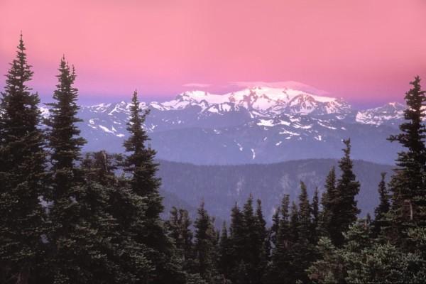 Un bonito cielo sobre las montañas nevadas