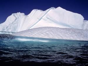 Postal: Iceberg bajo un cielo azul